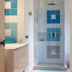 Salle d'eau bleue et blanche avec douche