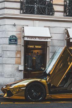 Rien que la couleur de cette voiture reflète le #luxe.. On aime ou on aime pas, il faut reconnaître l'originalité ! #voiture