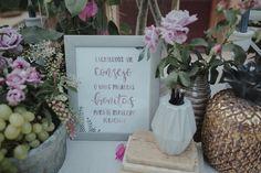 Mesa con libro de firmas. Boda romántica en el bosque organizada por Detallerie. Guestbook table. Romantic wedding into the woods.