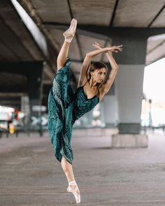 Dance Picture Poses, Dance Photo Shoot, Dance Poses, Dance Pictures, Dance Photoshoot Ideas, Amazing Dance Photography, Dance Photography Poses, Photography Women, Stunning Photography