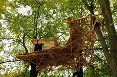 7. ANDERS BOUWEN Tadashi Kawamata | Berlin Tree Huts | (c) Berthold Stadler De Tree Huts die Kawamata sinds 1999 aanbrengt in bomen over de hele wereld zijn echter niet toegankelijk. Ze getuigen van zijn interesse voor schuilplaatsen, hun vorm en betekenis en voor relaties tussen het private en publieke domein. Ze nodigen uit om na te denken over de omgeving en de veranderingen waaraan die onderhevig is.
