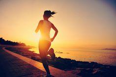 Se exercite! Nem é preciso falar dos benefícios do exercício para a sua saúde física, mas agora estão também comprovados os benefícios para a saúde mental. Se exercitar aumenta os níveis de serotonina e dopamina no cérebro, dois hormônios associados à felicidade, e reduz o estresse e ansiedade. Vamos dar uma corridinha?