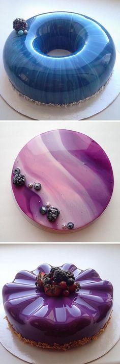 Viel zu schön, um sie anzuschneiden. Wir können gar nicht aufhören, diese Leckerbissen zu betrachten. Kuchenglasur so glänzend wie polierter Marmor.