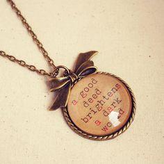 """Antique Bronze Necklace with """"A Good Deed Brightens a Dark World"""" Quote Pendant uma boa ação ilumina um mundo escuro"""