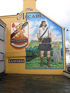 Dungiven, sur la route entre Derry et Belfast, un nouveau mural sur Kevin    Lynch, gréviste de la faim, champion de hurling et natif de la ville. Hurling, Belfast, Pavement Art, Sports Art, I Work Out, Banksy, Northern Ireland, Art Museum, Irish