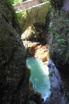 Orrido de Bellano é a atração principal da aldeia. Na montanha um pouco acima da vila, o riacho Pioverna passa pela ravina com imensa força. Um passeio de cerca de 100 metros de comprimento leva através do desfiladeiro. Bellano, província de Lecco, região da Lombardia, Itália.  Fotografia: Benreis.