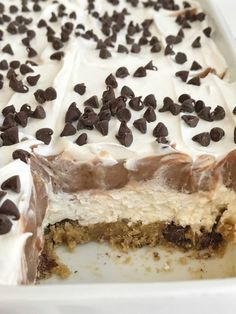 Chocolate Chip Cookie Layered Pudding Dessert is almost no bake and takes just minutes to make. A layered pudding dessert of chocolate chip cookies, a cream cheese layer, chocolate pudding, and topped with Cool Whip. Cool Whip Desserts, Köstliche Desserts, Summer Desserts, Delicious Desserts, Fluff Desserts, Sweets Recipes, Candy Recipes, Dinner Recipes, Chocolate Pudding Desserts
