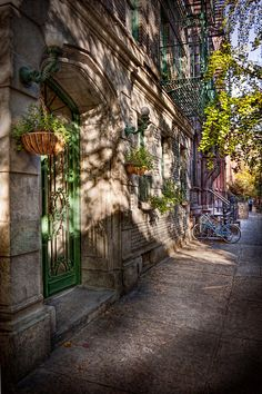 Mike Savad - Bike - NY - Greenwich Village - The green district Greenwich Village, West Village, Luxury Travel, Travel Usa, City Gallery, Street Painting, Country Scenes, Great Paintings, Foto Art