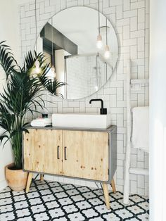Bathroom Plants: 35 species and more than 70 photos to choose from - Home Fashion Trend Bathroom Plants, Bathroom Floor Tiles, Floor Grout, Bathroom Fixtures, Bathroom Wall, Master Bathroom, Bathroom Lighting, Tile Floor, White Bathroom