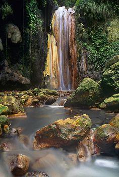 Diamond Falls on Saint Lucia/ Las cataratas del Diamante en la isla de Santa Lucía, en el Caribe.