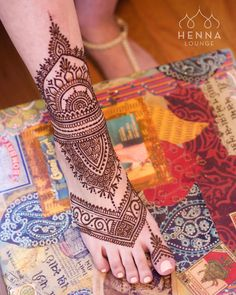 Warmer weather means #barefeet and sandal weather! Today's client wanted to treat herself to some #henna and show off a fresh #pedicure. Book yourself a treat atwww.hennalounge.com Darcy Vasudev/Henna Lounge.