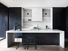 LOVE THIS KITCHEN! Mim Design worked through the interior design & planning process.Carefully curated interiors melding the architecture with interior detailing was paramount. Interior Modern, Kitchen Interior, Interior Architecture, Interior Design, Interior Detailing, Australian Architecture, Scandinavian Interior, Luxury Interior, Black Kitchens