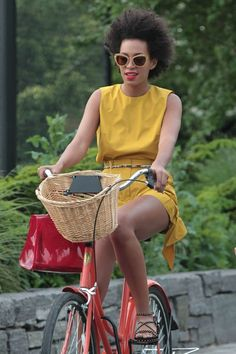 solange knowels wearing a mustard jumper and beautiful natural hair Bicycle Women, Bicycle Girl, Solange Knowles, Female Cyclist, Cycle Chic, Cool Bike Accessories, Bike Rider, Bike Style, People