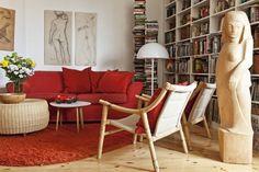 Olohuoneen vuodesohva on Ikeasta, tuolit 60-luvun tanskalaiset. Rottinkipöytä on…