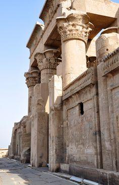 """DA SÉRIE: EGITO - Kom Ombo - """"Centro do culto conjunto aos deuses Hórus e Sobek. A cidade está situada ao norte de Assuan."""" (Jean Houston). Da página Tradições-Mitologia-Ícones-Holismo"""