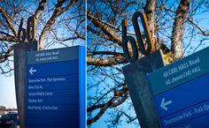 parc downsview - Toda sinalização possui estruturas em aço cor-ten juntamente com as placas informativas.