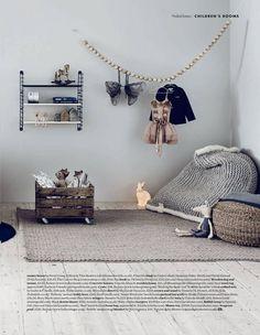 children room - styling Alex Kristal photo Jake Curtis ⎥guirlande de boules et caisse à jouets à roulettes