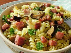 Těstoviny dáme vařit do osolené vařící vody. Zelí nakrájíme na proužky, cibuli nadrobno a slaninu s houbami na kousky. Slaninu opečeme na sádle a... Gnocchi, Pasta Salad, Ethnic Recipes, Food, Bulgur, Crab Pasta Salad, Essen, Meals, Yemek