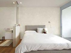 Ton crème pour la peinture chambre parentale sur les murs et la cloison de séparation. Coordonnée avec la tête de lit de couleur taupe, elle se fait cocooning. Luxens