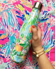 S'well is the only bottle that looks great and does good with donations made to charity for every bottle sold. Hand wash only. Swell Water Bottle, Cute Water Bottles, Preppy Southern, Peach Orange, Birthday Wishlist, Bottle Design, Christmas 2017, Lilly Pulitzer, Birthday Gifts
