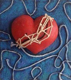 """""""Corazón optimista"""" Arcilla modelada a mano, cuerdas, acrílicos y resina sobre madera. Elsa Sanguino. 2013"""