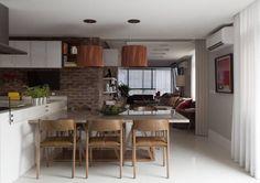 Cozinha americana com mesa e cadeira de Madeira