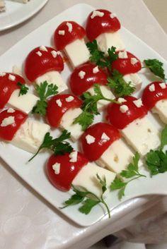 Dikdörtgen şeklinde dilimlediğim beyaz peynirlere yarım salkım domatesin içini boşaltarak mantarların şapkalarını yaptım.