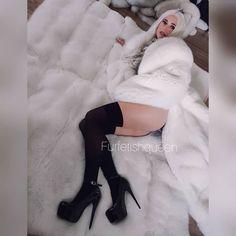 Angel in Fur Heaven 😂😇 Fetish Fashion, Fur Fashion, Womens Fashion, Fox Fur Coat, Fur Coats, Fur Blanket, Fur Stole, Stockings Legs, White Fur