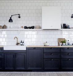 Beautifully simple! @camilla Lindqvist interior design / styling @loftsthlm #kitchendesign #monochrome #swedishhome #blackcabinets