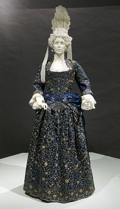A mantua (from the French manteuil ) is an article of women's clothing worn in the late century and century. Originally a loose gown, the later mantua was an overgown or robe typically worn over stays, stomacher and a co-ordinating petticoat. 17th Century Fashion, 18th Century Clothing, Vintage Outfits, Vintage Gowns, Antique Clothing, Historical Clothing, Women's Clothing, 18th Century Costume, Vintage Mode