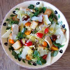 En enkel ogutrolig lækker klassisk café salat. Caesar Cardini, opfinderen af salaten, er nok ikke helt enig i, at der skal tomater i, men ellers ligger opskriften nogenlunde tæt op af denoriginale. Jeg brugte Feldsalat og Iceberg, men det bør være Romaine salat. Jeg brugte også sardiner i stedet for …
