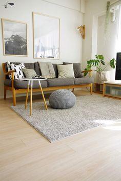 白やベージュ、グレーといった中間色の組み合わせで、落ち着きのある雰囲気にまとめられているお部屋です。 インテリアも、シンプルでありながらお洒落なものがセレクトされています。