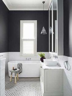 Une salle de bain grise se fait design et épurée pour aller à l'essentiel. Du gris perle au gris anthracite, la déco d'une salle de bain avec du gris se prête à tous les styles de déco en misant sur la sobriété et l'élégance. Peinture salle de bain, carrelage, béton ou marbre gris s&#