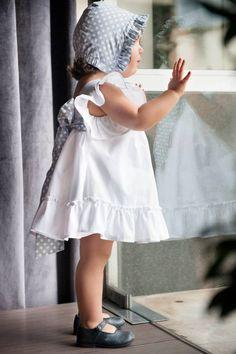 TU CHIQUE Vestido Branco e bolas - Ref: VBB130 Touca - Ref: TB Sapatos Pé de Pato. Love, Love Love