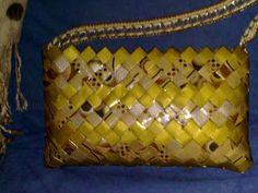 Bolso hecho de bolsas de ftitos