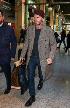 Celebrity Styles for Men David Beckham David Beckham arrive à Paris, Gare du Nord le 17 janvier 2018 2019 Fashion trends from style icon David Beckham is part of David beckham - Stylish Men, Men Casual, Casual Jeans, Mode Man, Mein Style, Herren Outfit, Mode Masculine, Sharp Dressed Man, Men Street