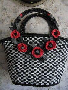 Bolsos hechos con bolsas plásticas / Reciclaje.