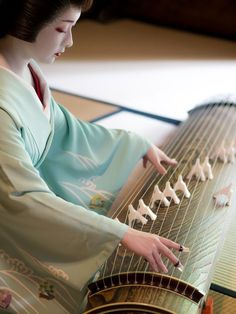 Few words about the music world behind Kyoto teahouses' door 👑🎶🎵 Japanese Beauty, Asian Beauty, Kyoto, Koto Instrument, Geisha Art, Memoirs Of A Geisha, Japanese Landscape, Basara, Japan Photo