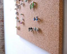 DIY jewelry display craft - DIY cork board jewelry holder Informations About DIY Jewelry Display Crafts Pin You can easily u - Cork Board Jewelry, Diy Cork Board, Diy Jewelry Rings, Diy Jewelry Unique, Diy Jewelry To Sell, Jewelry Wall, Diy Jewelry Making, Jewelry Box, Fine Jewelry
