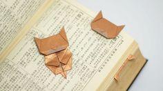 """Niech Was nie przeraża hasło """"origami"""" - obie zaprezentowane metody są naprawdę proste i przystępne dla każdego szarego zjadacza chleba, a co dopiero dla kreatywnych umysłów dokarmianych regularnie literaturą. Wspomniane zakładki mają tę zaletę, że są naprawdę małe szanse, by wypadły czy się wysunęły i wykorzystać można je np. do zaznaczania wielu interesujących stron w każdej książce.  Zanim więc następnym razem zagniecie rogi w podręczniku, by pamiętać, do których treści wrócić, o..."""