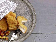 """Das Bild zeigt unser Rezept """"Fish & Chips mit Apfel-Zwiebel-Chutney""""."""