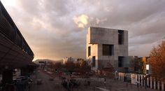 #CentroDeInnovaciónUC Construido en 2014 en Santiago, Chile. Imagenes por Nico Saieh, ELEMENTAL |  Desde un punto de vista funcional, pensamos que la mejor manera de combatir la obsolescencia era diseñar el edificio que fuera una infraestructura más que arquitectura. Una forma clara, directa, incluso dura, es a fin de cuentas la manera más flexible de permitir el cambio y la renovación continua.