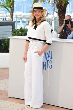 Chloe Moretz con top de tweed blanco y pantalones de crepe de seda de la colección de Alta Costura primavera/verano 2014 de Chanel .