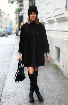 Street style look total black com touca gorro, vestido, sobretudo e bota over…