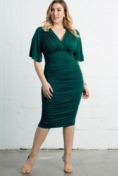 Plus Size Emerald Green Ruched Dress To Wear To A Wedding. Classic style plus size dress to wear to a wedding in a gorgeous emerald dress with a just over the knee hemline Source by size dresses to wear to a wedding Green Plus Size Dresses, Plus Size Bodycon Dresses, Big Size Dress, The Dress, Plus Size Outfits, Super Flare Jeans, Emerald Dresses, Dresses To Wear To A Wedding, Ruched Dress