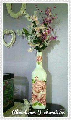 Lindo vaso feito com garrafa de azeite. #reaproveitandoembalagens #decoupage #embalagensdevidros #diy #homedecor #diyhomedecor #flores