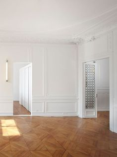 White, mouldings and wood. Glamorous simplicity in detail.