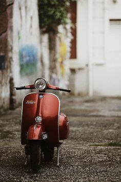 What a perfect color - perfect Vespa.