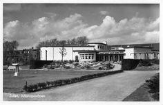 Gezicht in het Julianapark te Zuilen met op de achtergrond het café-restaurant Juliana (Amsterdamsestraatweg 456 a).1940-1945
