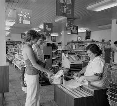 Na archívnej snímke z 3. augusta 1982 nákupné stredisko v Bernolákove. K zlepšeniu zásobovania a zvýšeniu kultúrnosti predaja prispelo novovybudované nákupné stredisko v Bernolákove, ktoré patrí k najmodernejším v okrese Bratislava - vidiek. V plnosortimentnom nákupnom stredisku, ktoré odovzdali do užívania v máji tohto roku, sú priestranné predajne potravín, mäsa, cukrárne, predajňa odevov a predajňa domácich potrieb. | Nový Čas